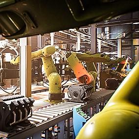 大型工厂环境。该环境以重型卡车生产线为主题,包含工厂的所有区域,如机械装配、引擎组装、控制、喷漆、仓储、办公区、更衣室和淋浴房、卡车碰撞测试线、机车轨道线等。